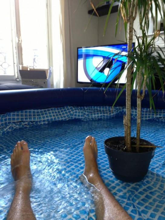 retour sur le buzz d enguerren et de sa piscine gonflable. Black Bedroom Furniture Sets. Home Design Ideas